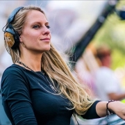 nora en pure dj performing