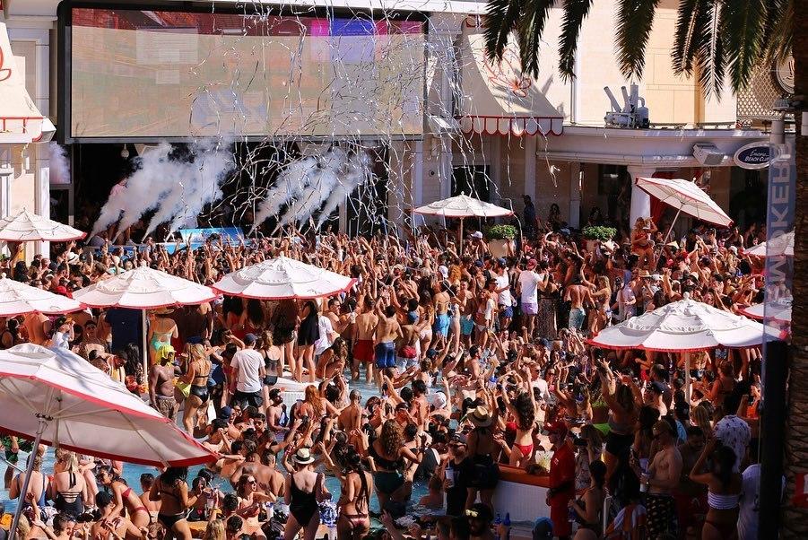 encore beach club pool crowd